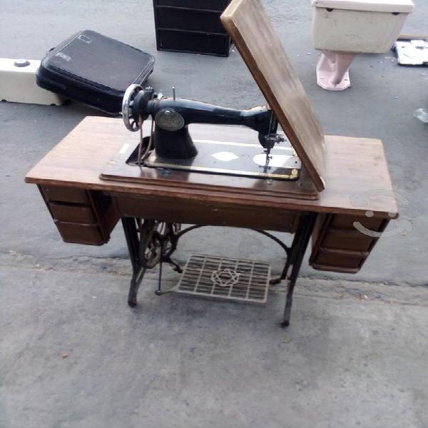 Máquina de coser japonesa antigua funcionando