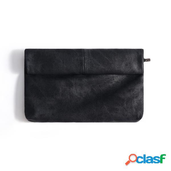 Bolso clutch de color liso con apariencia de cuero negro
