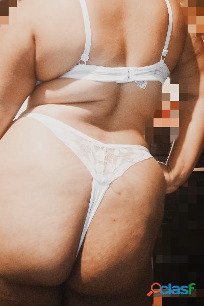 Chica curvy chaparrita muy cachonda