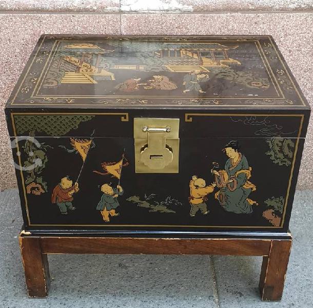 Antiguo baúl japonés de madera de cedro