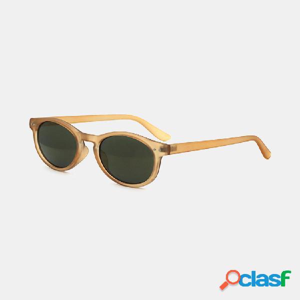 Mujer breve informal con montura completa y forma redonda uv gafas de sol de protección