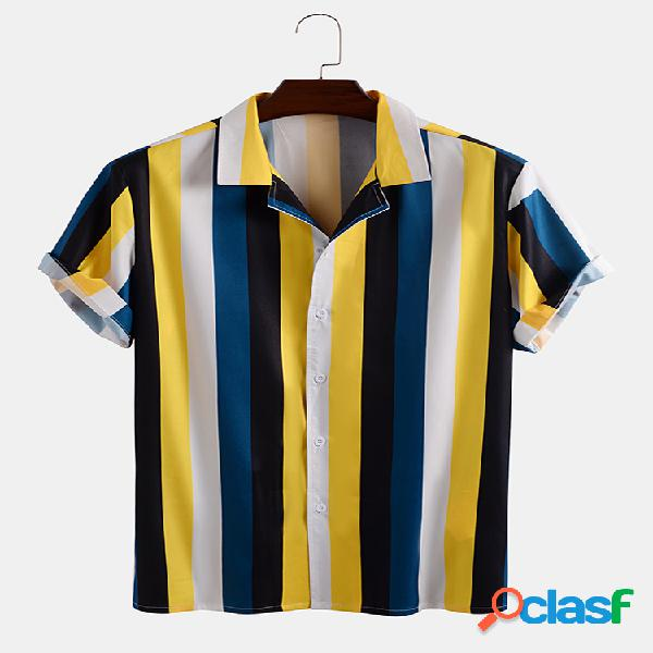 Hombre colorful casual de vacaciones con estampado de rayas camisa