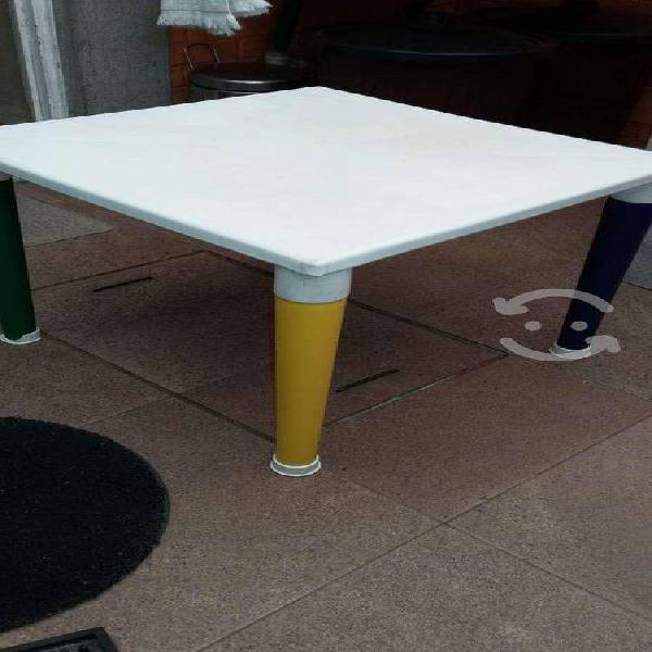 Practica mesa infantil con 4 sillas plástico.