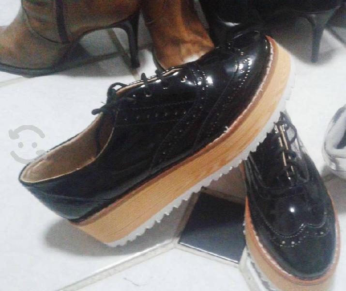 Zapatos de charol negro con plataforma