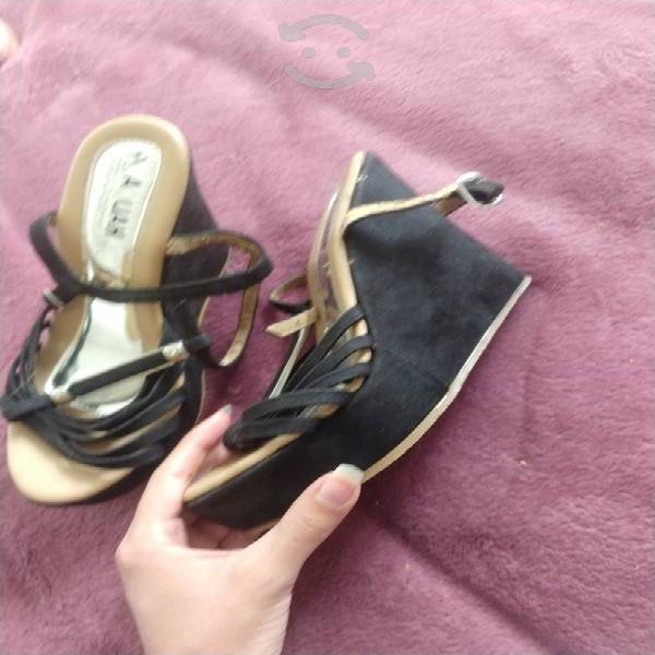 Zapatos de plataforma color negro gamusa.