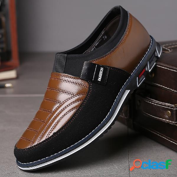 Hombres de cuero empalme antideslizante decoración de metal deslizamiento en zapatos casuales