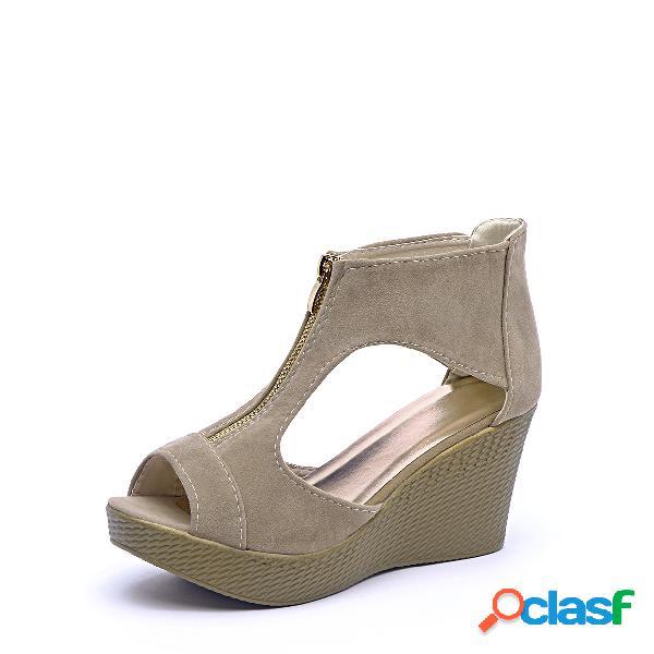 Sandalias de cuña de color beige con cremallera y diseño peep toe
