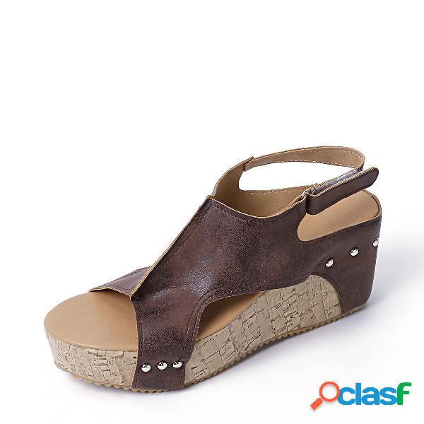 Sandalias de cuña con diseño de remache marrón peep toe