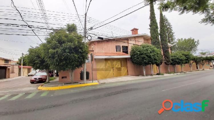 Casa comercial y/o habitacional en renta en colinas del cimatario sobre avenida principal.