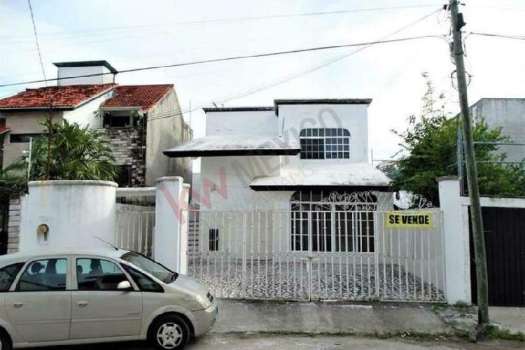 Casa en venta de 3 recamaras en sm 44, cerca av la luna