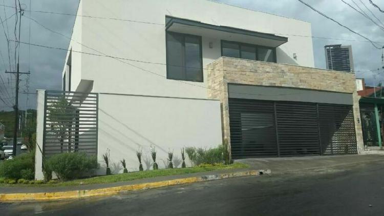 Preciosa casa NUEVA con acabados de lujo en Valle Oriente