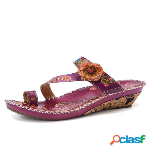 Socofy con costura floral en relieve correa ajustable anillo de dedo del pie de cuero cuña sandalias