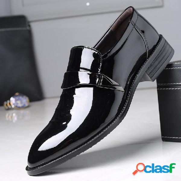 Deslizamiento de dedo del pie puntiagudo de los hombres en zapatos formales informales de negocios