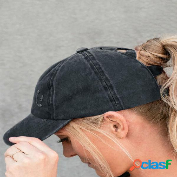 Mujer gorra de béisbol de mezclilla lavada y rasgada con agujeros de moda de color sólido